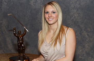 Amanda-Kessel-with-Patty-Kazmaier-Award-photo-University-of-Minnesota