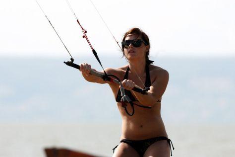anna-fenninger-in-a-bikini-kitesurfing_1